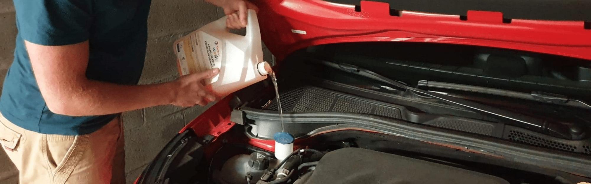 Comment mettre du liquide lave-glace dans sa voiture ?
