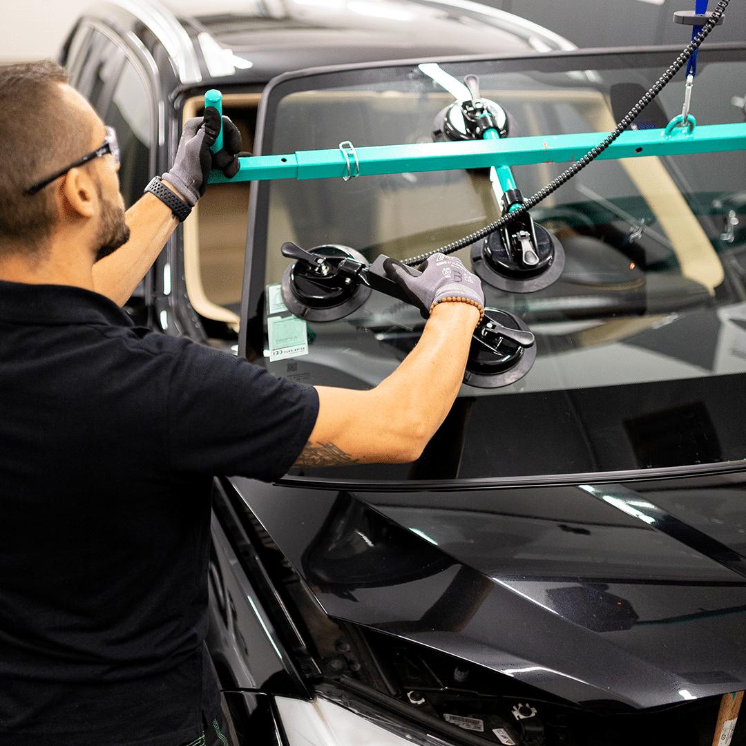 Un technicien vitrage 123 Pare-Brise remplace un pare-brise.