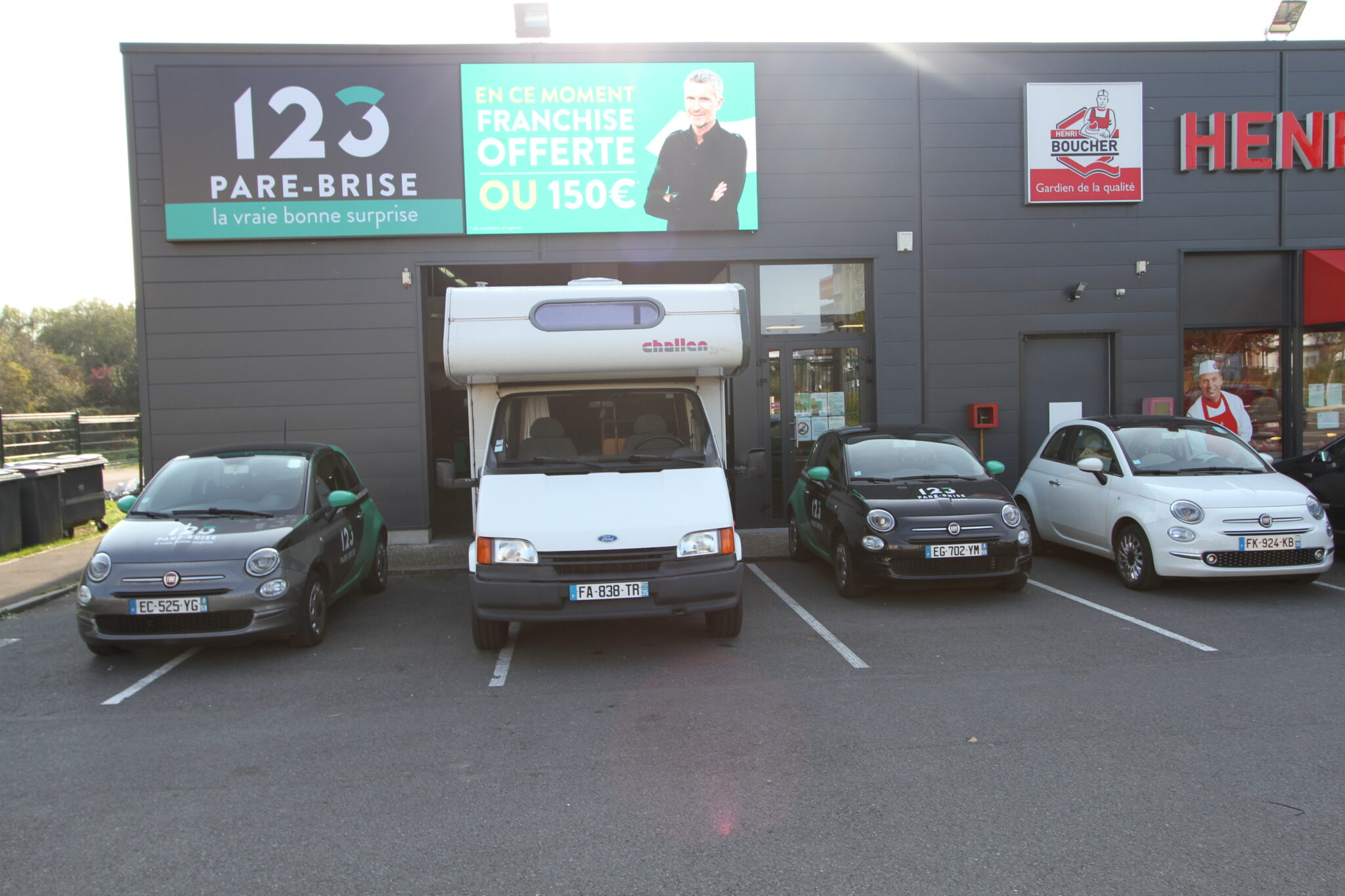 Remplacement du pare-brise de ce camping-car dans notre agence 123 Pare-Brise Liévin (59).